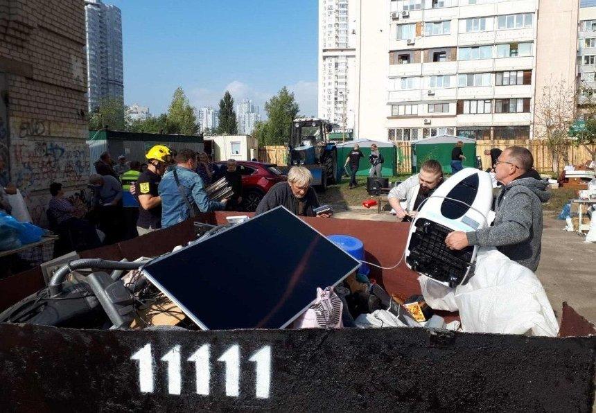 Жильцам взорвавшегося дома на Позняках начали отдавать вещи