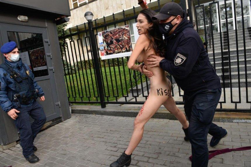 Активистка FEMEN разделась возле посольства Польши