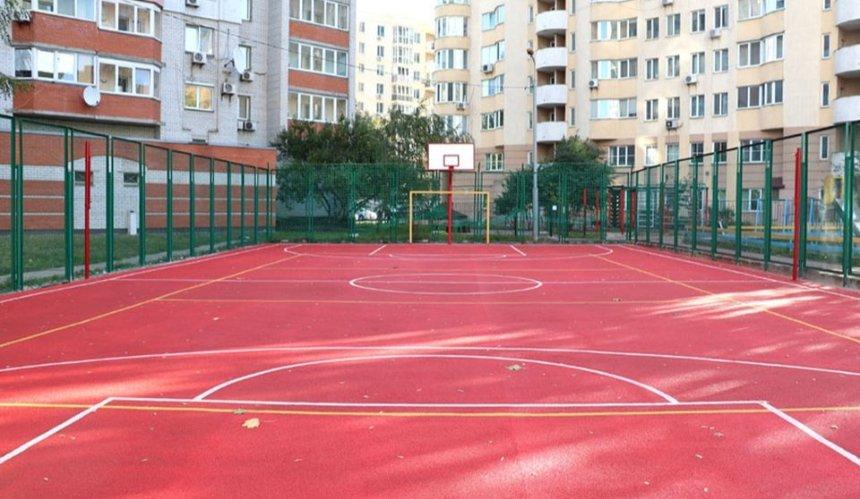 На Соломенке обустроили спортивную площадку для жителей соседних домов