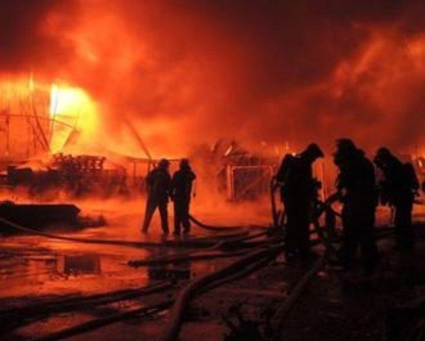 Подробности масштабного пожара на Дегтяревской: активисты подозревают, что ангар подожгли застройщики