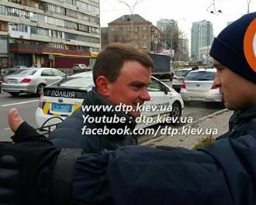 В Киеве агрессивный цветочник напал на полицейских