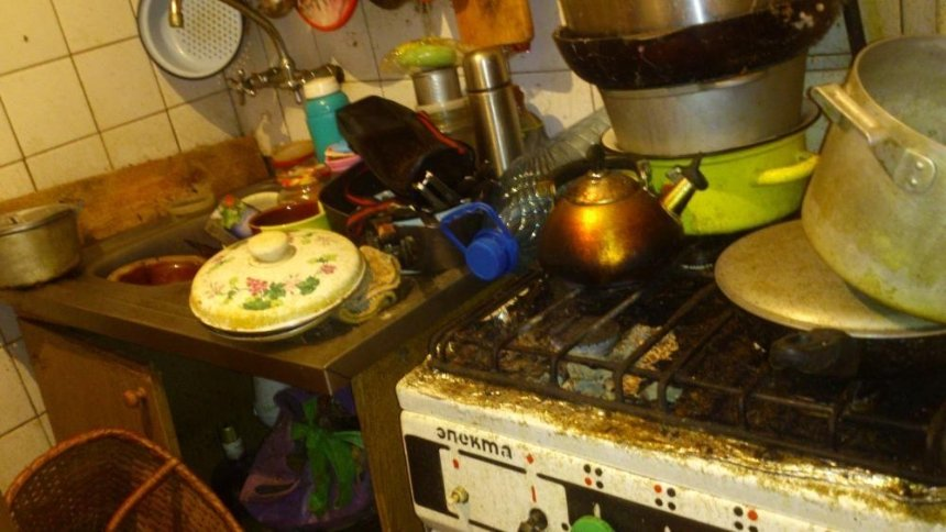 Кошмар арендатора: журналисты показали самую грязную квартиру в Киеве (видео, фото)
