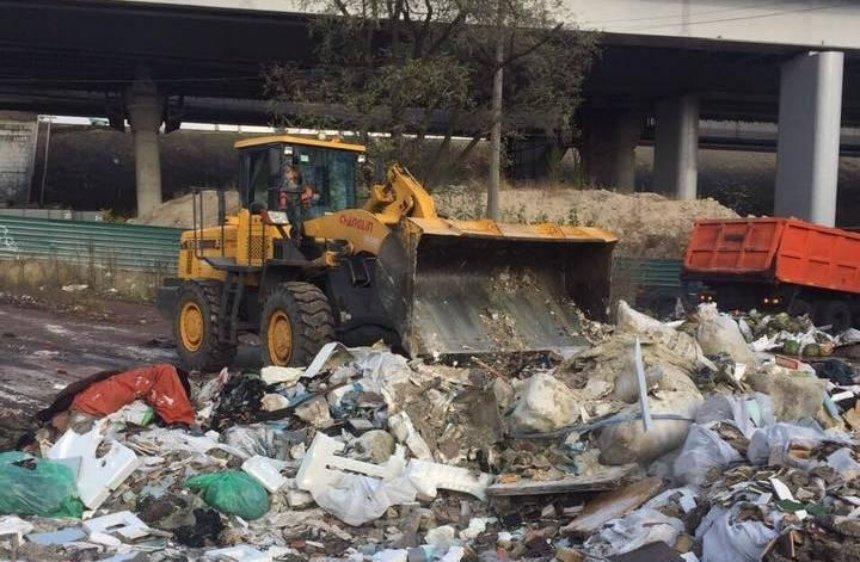 Грязная работа: на набережной Днепра убирают горы мусора (фото)
