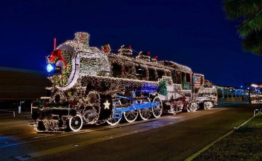 """Не сиди дома: на Новый год """"Укрзализныця"""" запустит дополнительные поезда"""