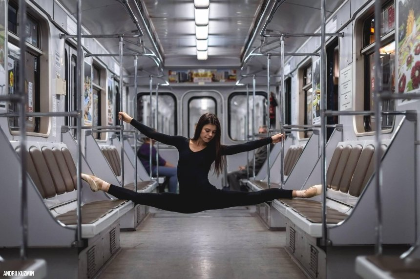 Искусство в массы: киевлянин фотографирует балерин в метро и на улице (фото)
