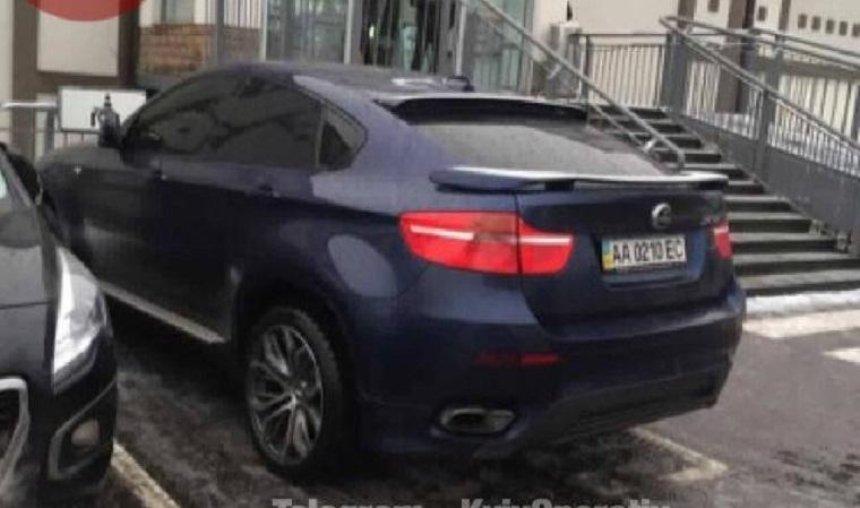 Жизнь не учит: избитый киевлянами автохам снова припарковался в неположенном месте