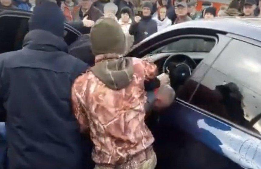 Люди устроили самосуд над водителем, который заблокировал движение транспорта (видео)