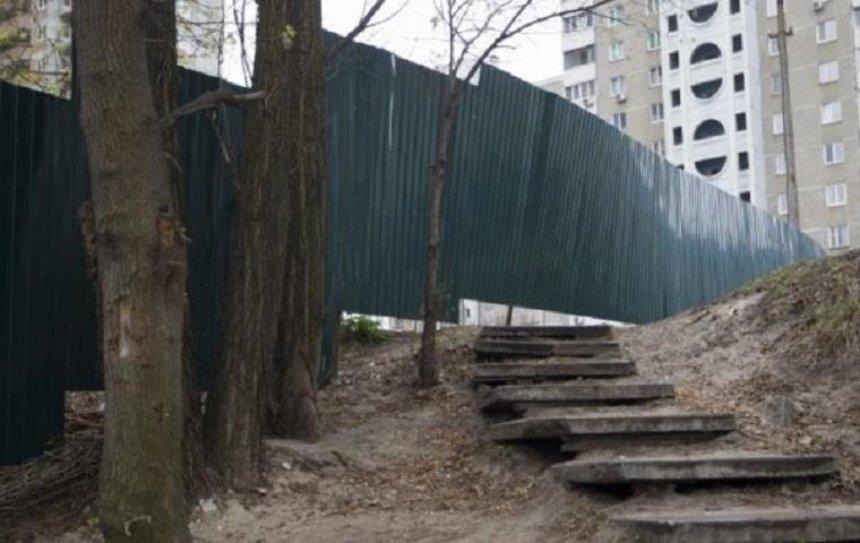 Подросток погиб, перепрыгивая через забор