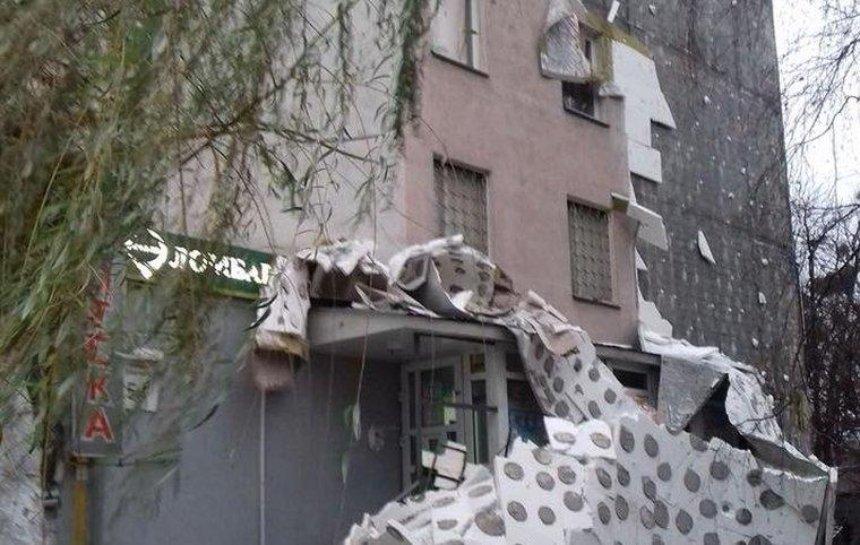 С фасада столичного дома обвалился утеплитель (фото)