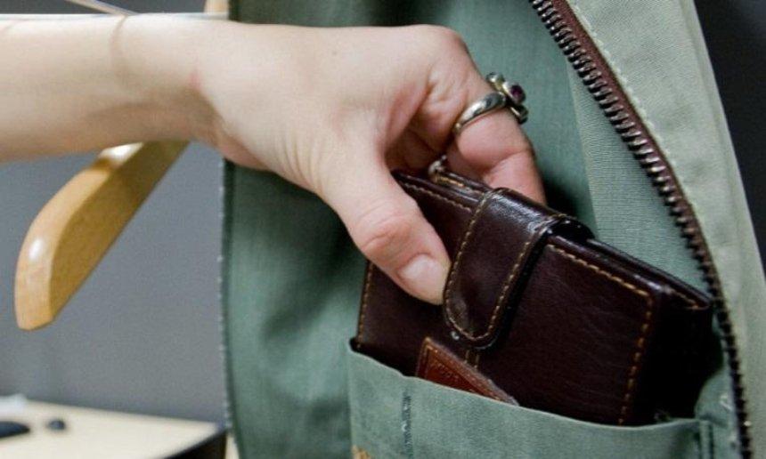 В столице несовершеннолетняя украла у прохожей кошелек (фото)