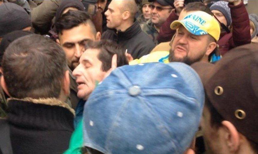 В Киеве толпа напала на Зоряна Шкиряка (фото, видео)