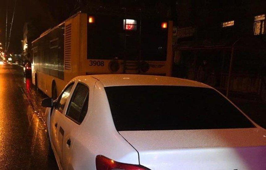 В Києві водій таксі протаранив тролейбус (фото)