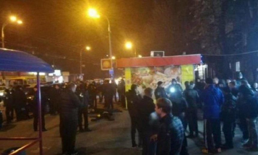 На Нивках хулиганы громили ларьки и дрались с полицией (фото, видео)