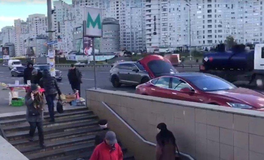 В Киеве дедушка на Tesla торговал медом (видео)