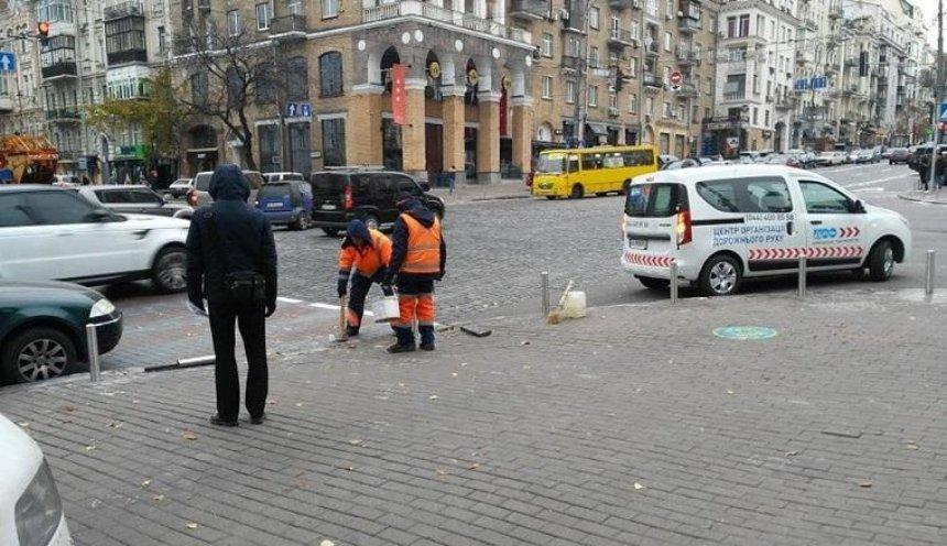 В Печерском районе на опасном перекрестке установили антипарковочные столбики (фото)