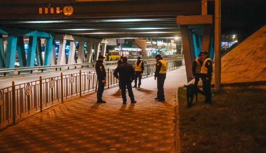 Возле столичной станции метро «минировали» мост (фото, видео)
