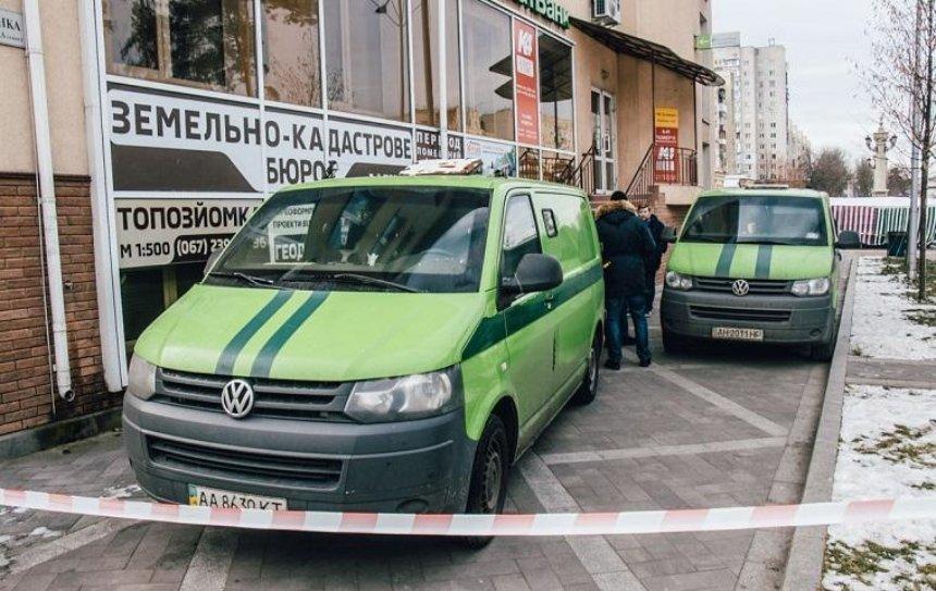 Под Киевом ограбили инкассаторскую машину (фото)