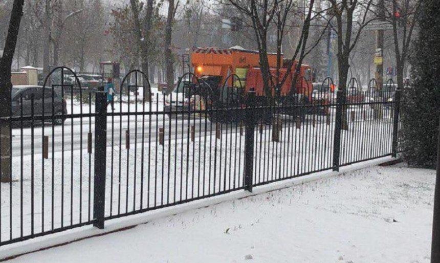 Столичные коммунальщики кладут асфальт во время снегопада (фото, видео)