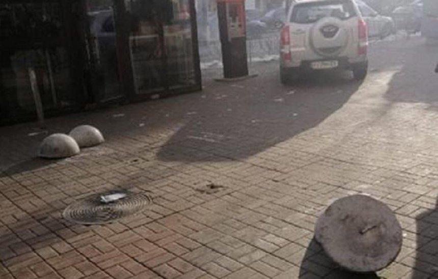 В центре Киева повредили антипарковочные полусферы (фото)