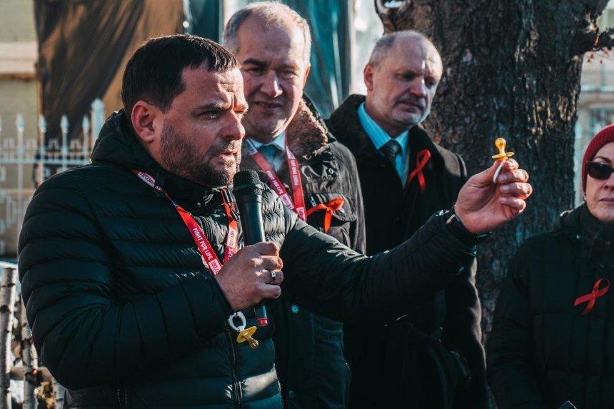 «Небудь ребенком»: вцентре Киева прохожим раздавали соски (фото)