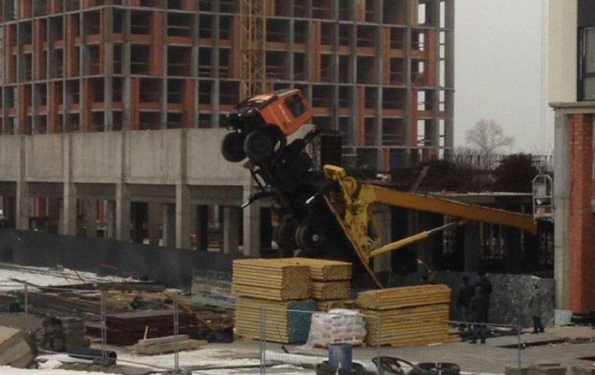 На Осокорках опрокинулся строительный кран (фото)
