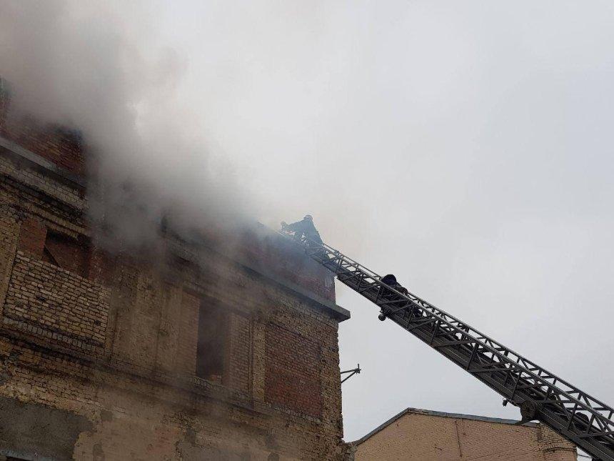 На Лаврській вулиці горіла історична будівля (фото)