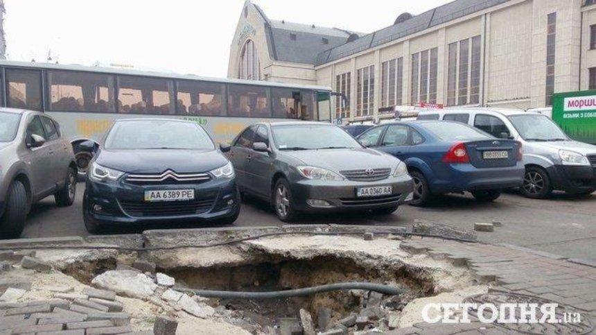 Коммунальщики неделю не ремонтируют яму около вокзала (фото)