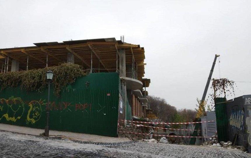 На Андреевском спуске разобрали строительный кран (фото)
