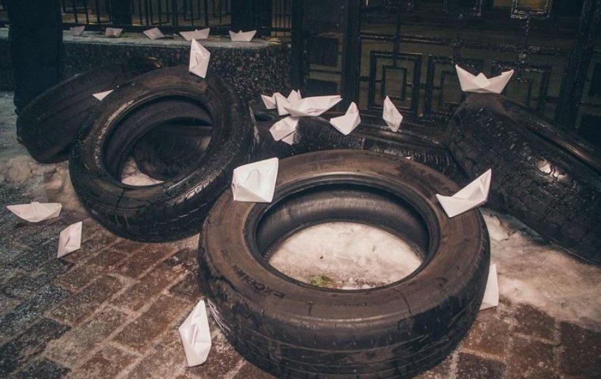 Активисты закидали российское посольство фаерами (фото)