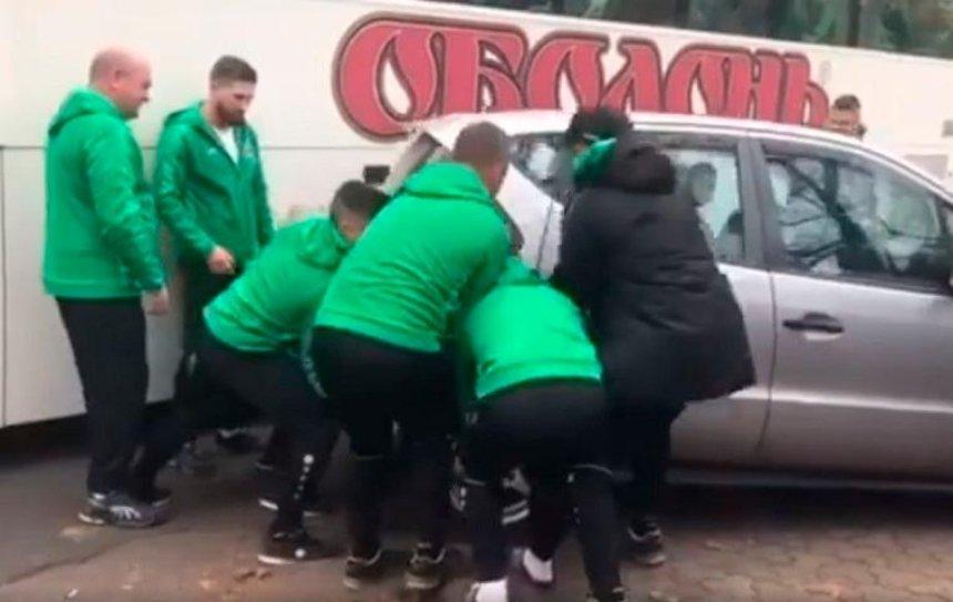 В Киеве футболисты пододвинули автохама (видео)