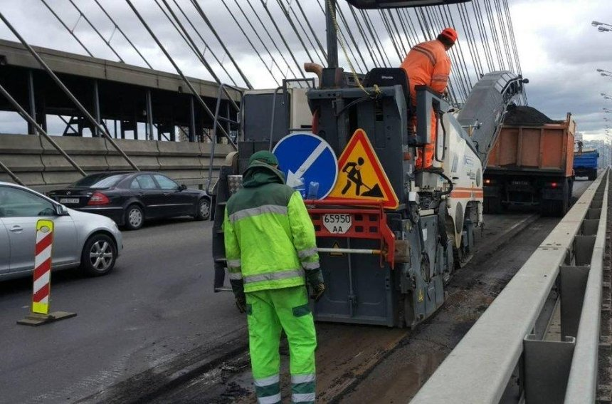 На столичних мостах встановлять табло з інформацією про ремонт
