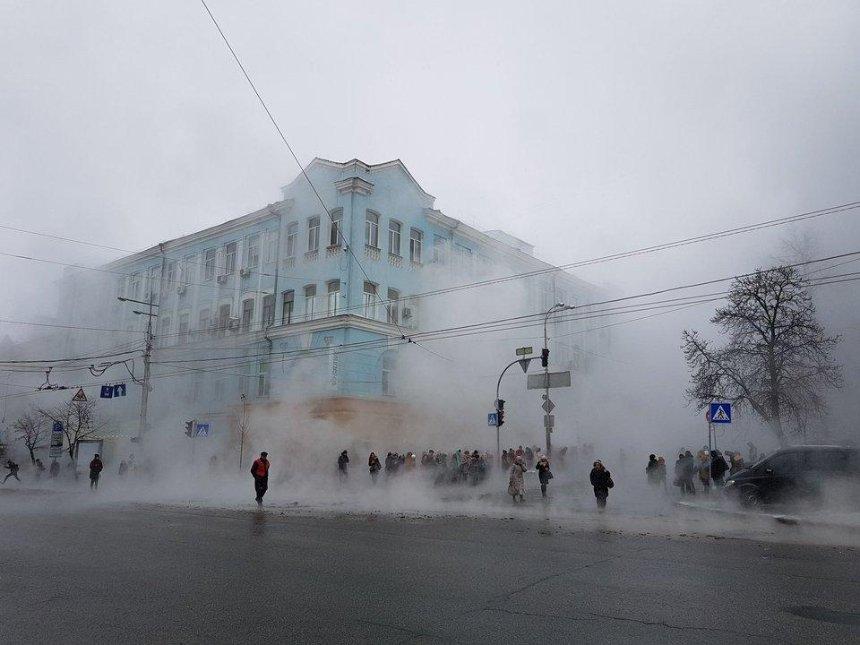 В центрі Києва знову прорвало труби з окропом (фото, відео)