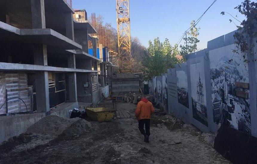 На Андреевском спуске демонтировали забор стройплощадки скандального отеля (фото, видео)