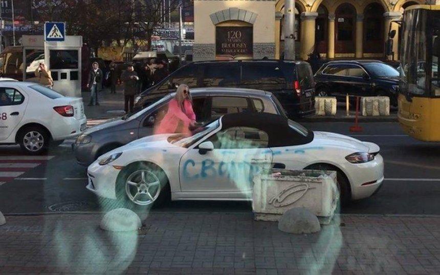 В центре Киева девушка разрисовала и порубила топором элитный спорткар (видео)