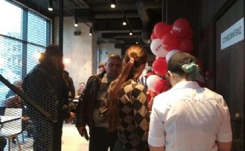 Активісти намагалися блокувати роботу KFC в Будинку профспілок (фото) — оновлено
