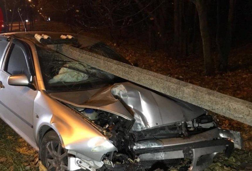 В Киеве водитель протаранил столб вместо остановки (фото, видео)