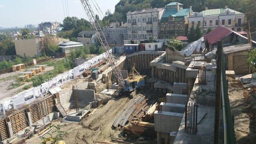Чиновники пообіцяли зупинити будівництво готелю на Андріївському узвозі