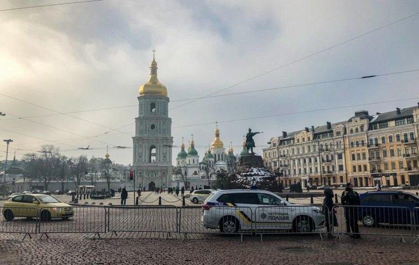 На Софийской площади начали возводить новогодний городок (фото)