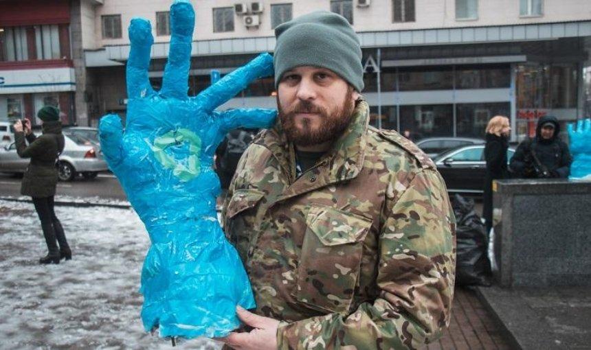 До великої синьої руки у центр Києва принесли маленькі сині руки (фото, відео)