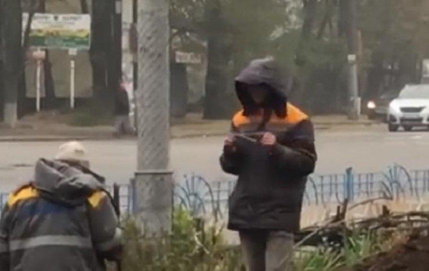 Коммунальщики искали место аварии народными методами (видео)