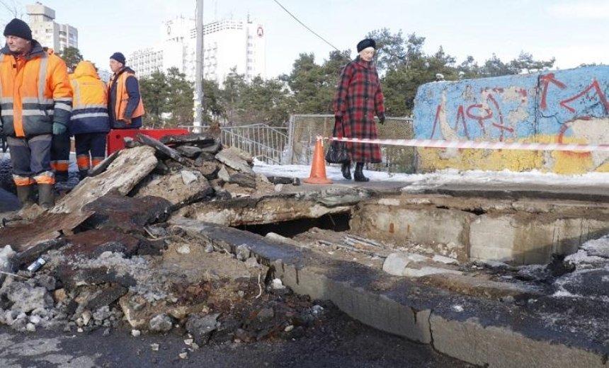 Около метро «Дарница» частично разрушился мост (фото, видео)