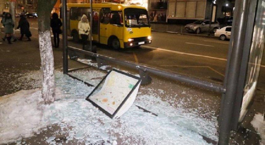 Вандалы разгромили остановку возле НСК «Олимпийский» (фото)