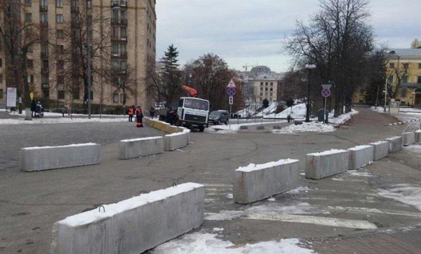 На Аллее Героев Небесной Сотни установили бетонные блоки (фото)
