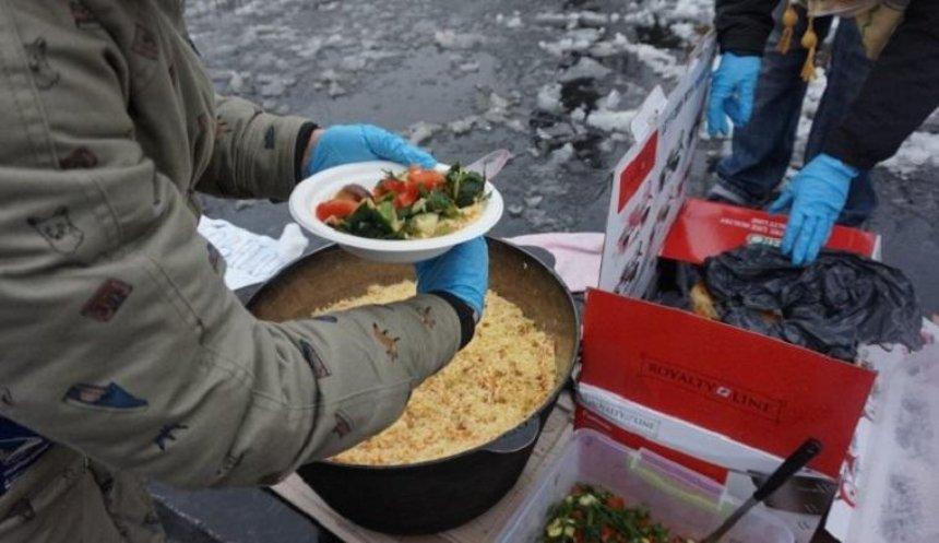 На Подоле в день рождения Александра Кольченко раздавали еду нуждающимся (фото)