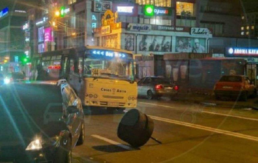 У столичной маршрутки на ходу отвалилось колесо