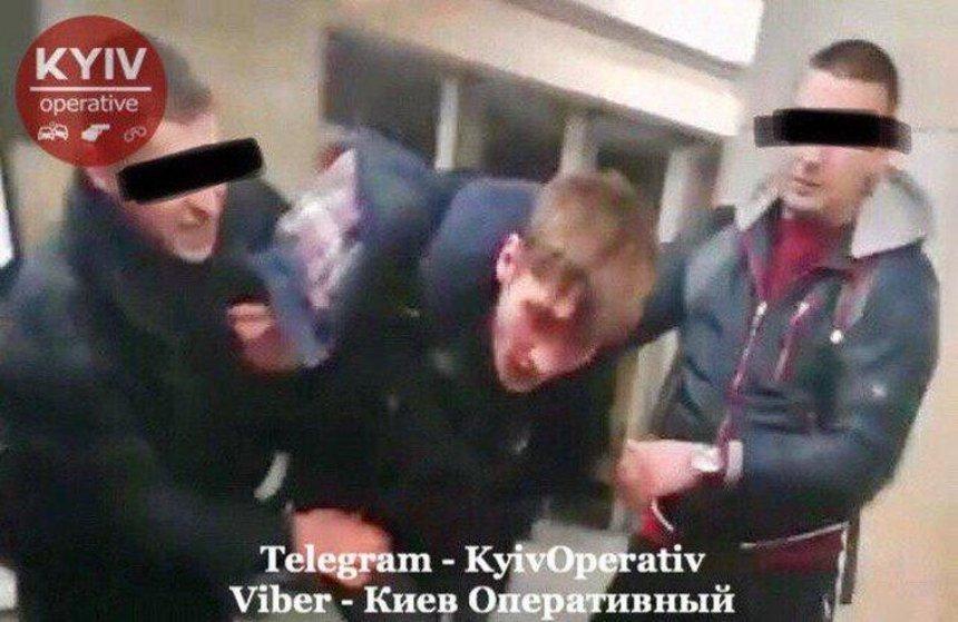 На Оболони невменяемый мужчина напал на работников метро
