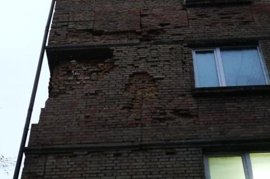 В Печерском районе разрушается жилой дом