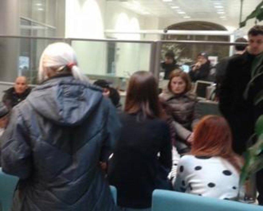 В Киеве должники захватили отделение банка (фото)