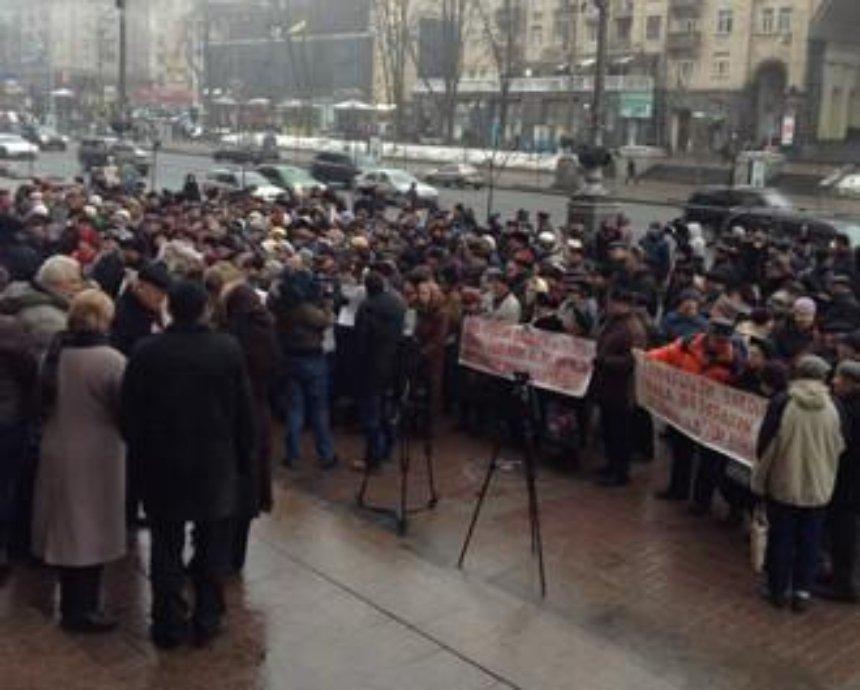 Пенсионеры пикетируют КГГА с требованием оставить им льготы (фото)