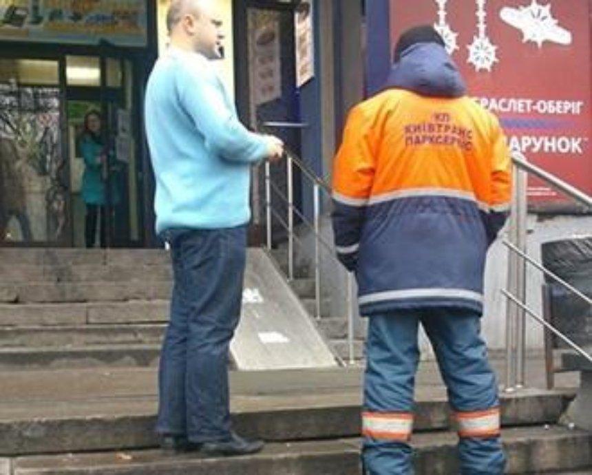 В Киеве заметили подозрительных парковщиков (фото)